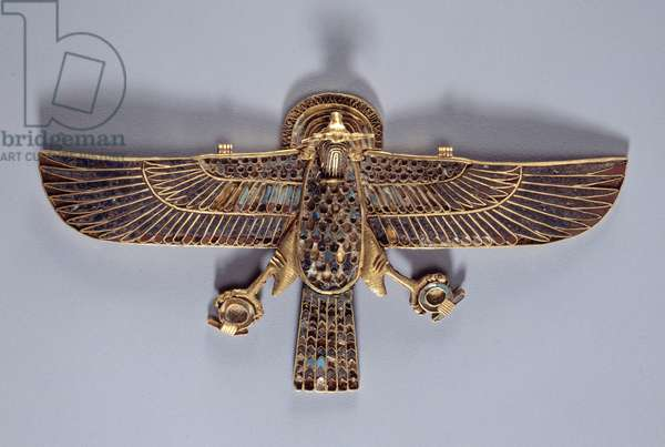 Pectoral in the shape of a vulture with the head of a belier Jewel in carnelian, lapis lazuli (lapis lazuli), gold from saqqara (Sakkarah). 19th dynasty. Paris, Louvre Museum