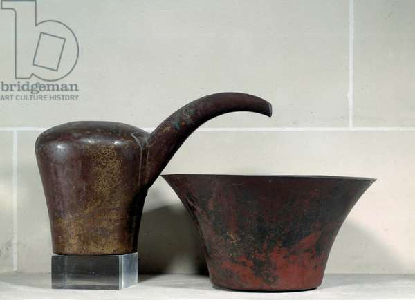 Egyptian antiquite: jug and copper bowl for toilet. 2500 BC. Old empire. Louvre Museum, Paris