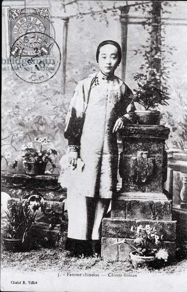 Portrait of a young Chinese woman in traditional costume Photography from the beginning of the 20th century - Private collection