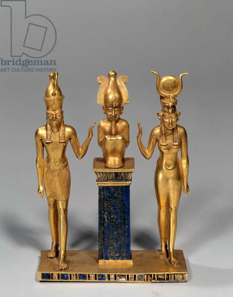Egyptian antiquite: Osirian triad in the name of Osorkon (Osiris surrounds by Isis and Horus. Gold pendant and lapis lazuli (lapis lazuli). 22nd dynasty, low period. Paris, Louvre Museum