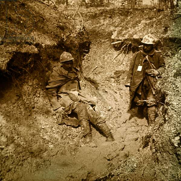 Stereoscopic glass plate on the First World War (1st, Iere, 14-18 or 1914-1918) (The First World War; WWI): Verdun, 1916, wounded in mud, Private collection
