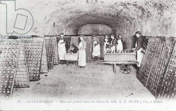 Manufacture of Champagne: the cutting-edge of bottles in a Mumm cellar in Reims - Start of the 20th century - Photography
