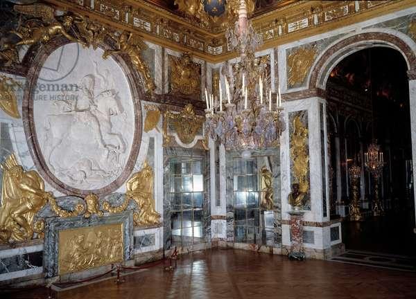 Art France: Interior view of the Salon de la Guerre at the castle of Versailles. Architecture, 17th century