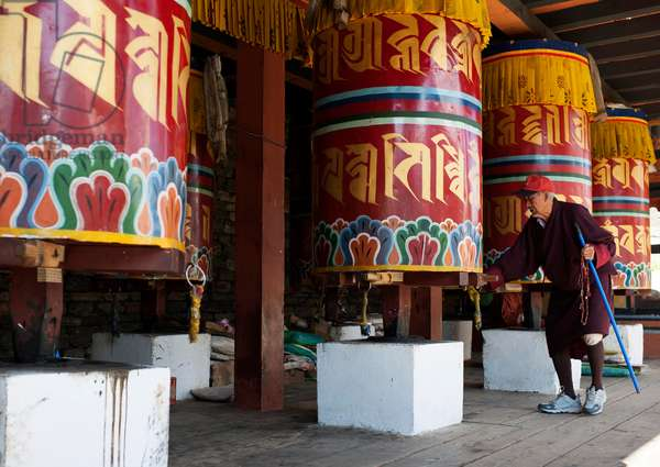 Old man with prayer wheels, Buthan (photo)