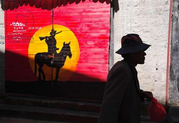 Shadows on the wall, Lhasa, Tibet (photo)