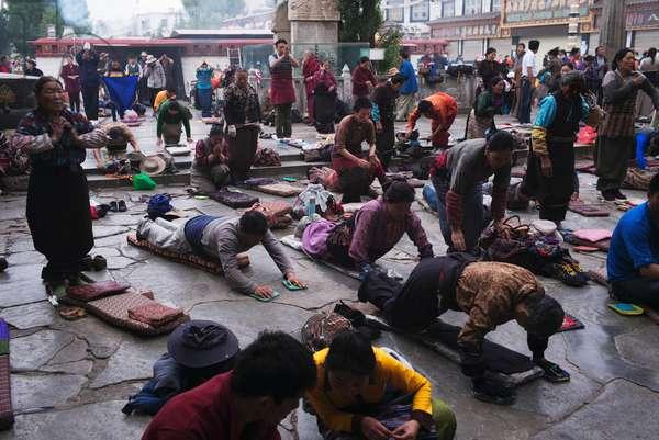 Pilgrims pray near Portala palace, Tibet (photo)