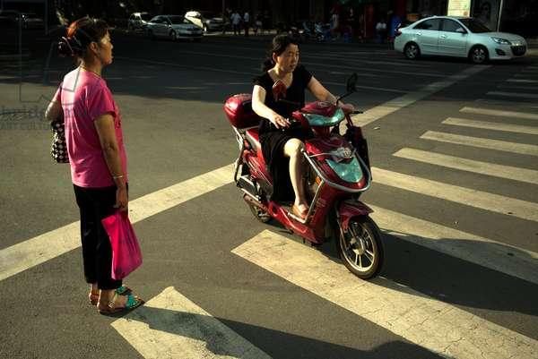 Women and bike Chengdu, China (photo)