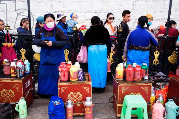 People line up to get inside temple nearr Portala Palace, Lhasa, Tibet (photo)