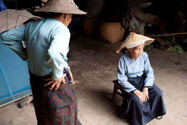 Two ladies who make paper and farm Tea, China (photo)