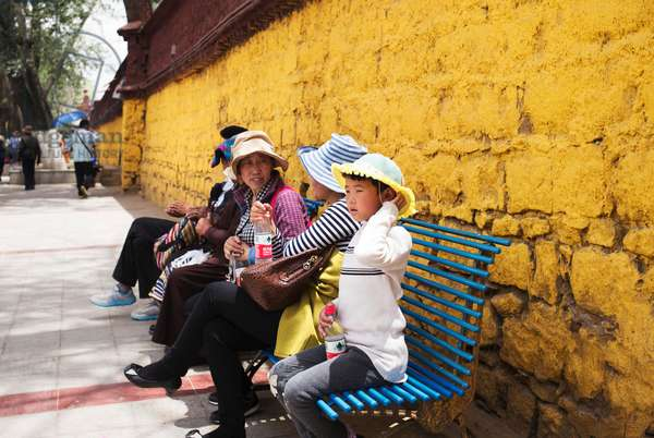 Pilgrims near Portala palace, Lhasa, Tibet (photo)