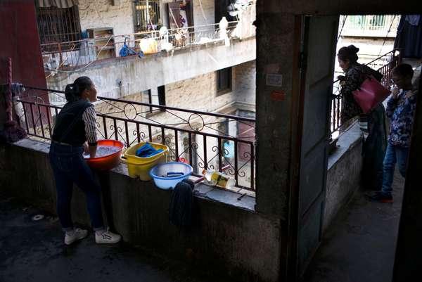Housing and women clean washing, Lhasa, Tibet (photo)