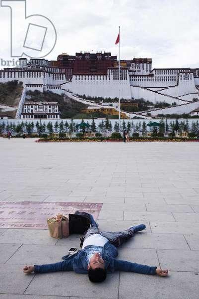 Man infront of Portala Palace, Lhasa, Tibet (photo)