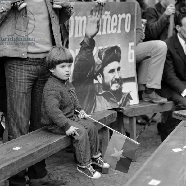 A child with a Cuban is next to a poster with Fidel Castro at the May 1 rally in 1968 in Zurich (b/w photo)