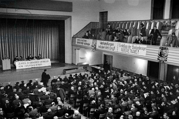 Opponents of the Vietnam War gather for a rally in the Volkshaus on March 7, 1968 in Zurich (b/w photo)