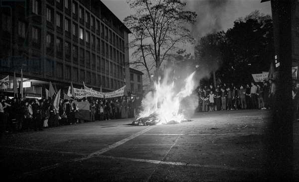 At the rally against the Vietnam War the demonstrators burned a symbolic 'Uncle Sam' in front of the American consulate in Zurich, recorded on April 22, 1972 (b/w photo)