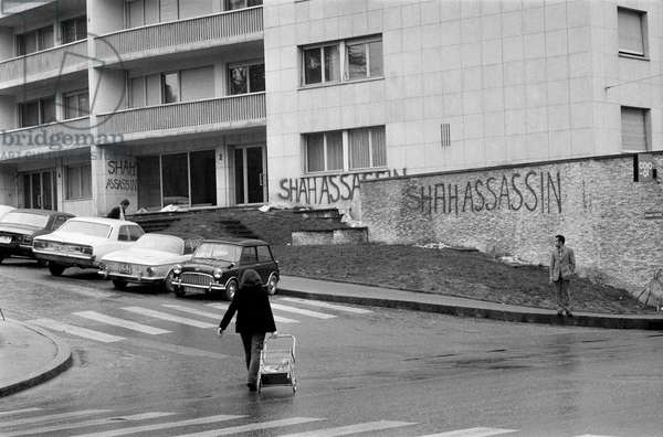 Harassing graffiti on the house facade of the Iranian Consul General in Geneva, taken on 21 March 1972 (b/w photo)