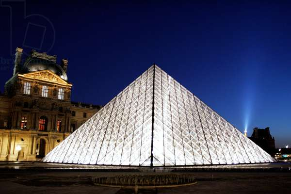 Pyramid of the Louvre (photo) 2005
