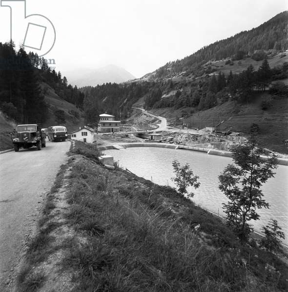 The compensating reservoir at the Vissoie power station, part of the Gougra power stations, in Val d'Anniviers in the canton of Valais, taken in September 1959 (b/w photo)