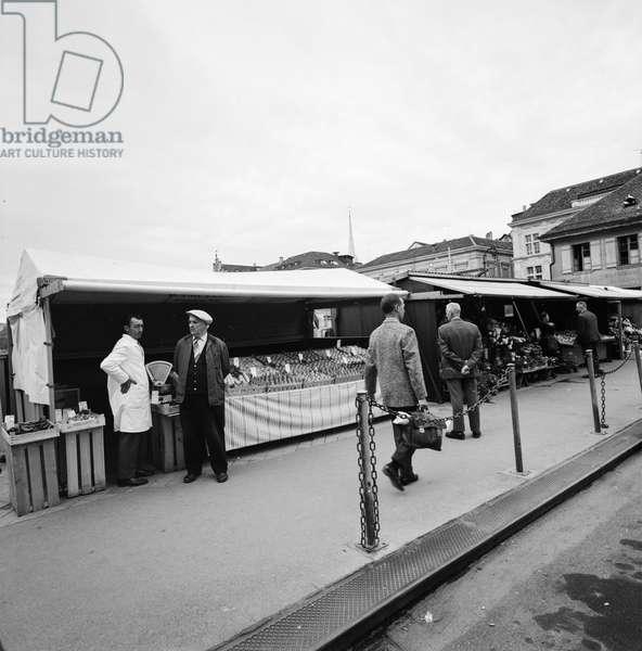 Market stalls on the town hall bridge in Zurich, taken in May 1967 (b/w photo)