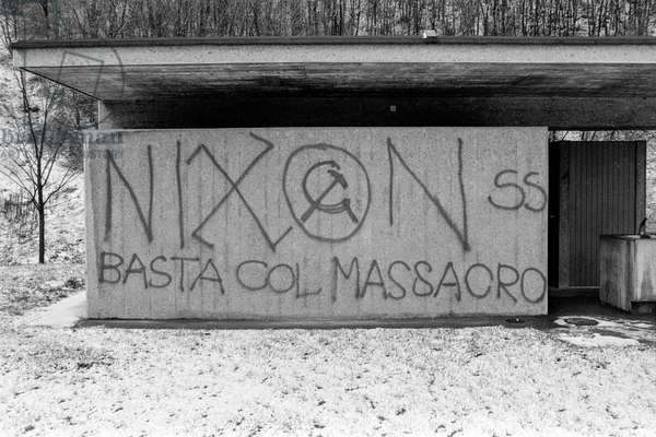 Graffiti against the Vietnam War and Nixon at the motorway rest area near Mendrisio in the canton of Ticino, taken on 1 January 1973 (b/w photo)