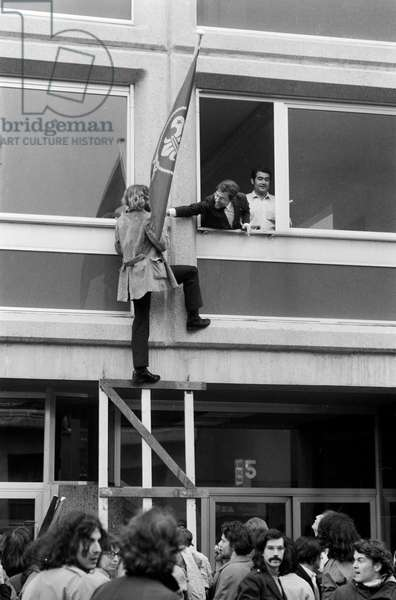 Members of the 'Movement for an Autonomous Youth Centre' occupy a Scouts' Home in the Plainpalais quarter in Geneva and remove the Scouts' flag, taken on 30 May 1971 (b/w photo)