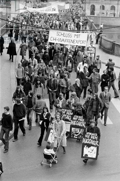 A demonstration in Zurich, Switzerland, against the Vietnam War and arms exports, recorded on November 6, 1971 (b/w photo)