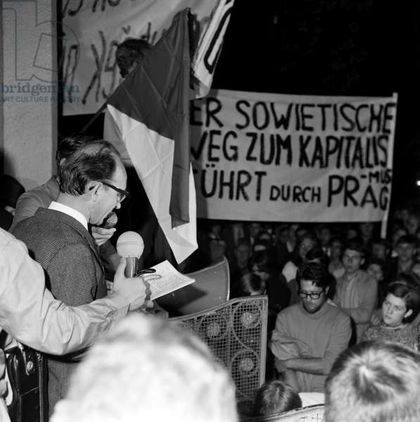 In response to the invasion of Czechoslovakia by Warsaw Pact troops on 21 August 1968, a demonstration of solidarity with the Czech people will take place the same evening at Buerkliplatz in Zurich. Professor Huber reads a note of protest (b/w photo)