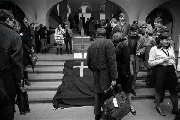 English and Zurich students in the entrance hall of the University of Zurich at a solidarity rally on the death of Jan Palach, recorded on 24 January 1969 (b/w photo)