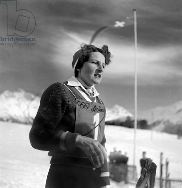 The Italian ski racer Celina Seghi at the 1948 Winter Olympics in St. Moritz after the downhill at the finish line, recorded on 2 February 1948. Seghi misses the medals and finishes fourth in the downhill (b/w photo)