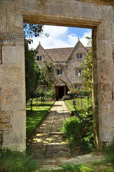 East view through the gateway of Kelmscott Manor, Oxfordshire, built in 1570 (photo)