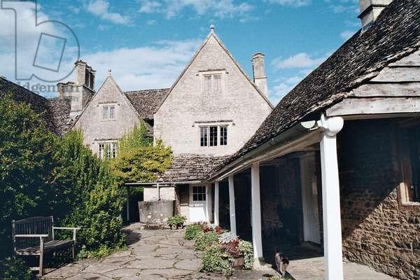 Backyard of Kelmscott Manor, Oxfordshire, built in 1570 (photo)