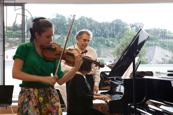 Zakhar Bron giving a masterclass to violinist Hadar Rimon