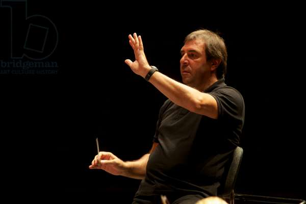 Daniele Gatti conducting Gustav Mahler Youth Orchestra