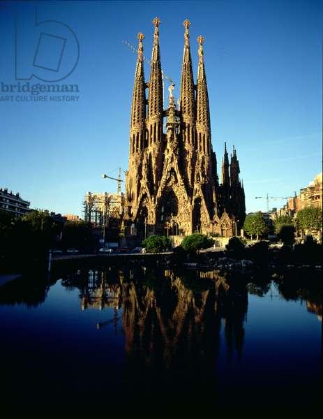 View of the Sagrada Familia Cathedral (photo)