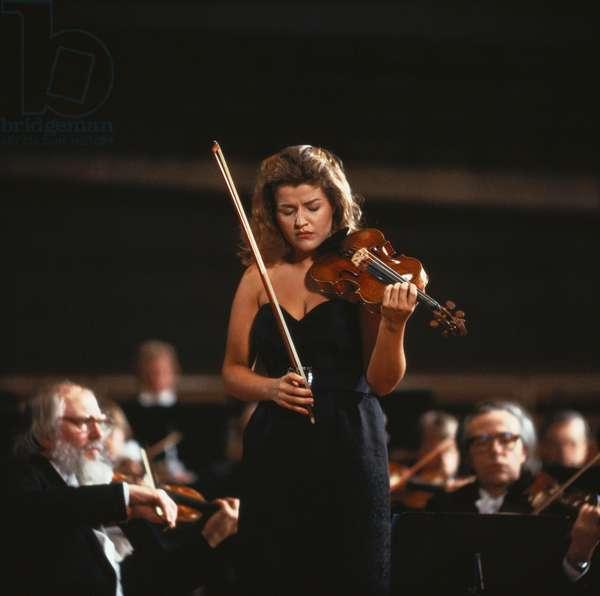 Anne-Sophie MUTTER playing the violin. German violinist b. 29 June 1963 -