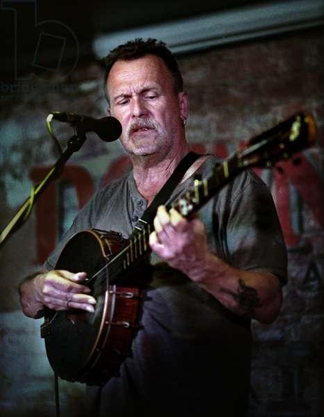 Martin Simpson playing banjo at the Kalamazoo, October 2018 (photo)