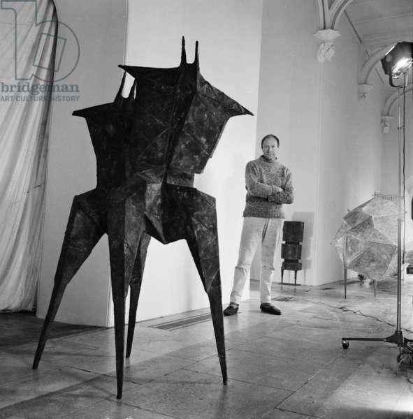 the English artist Lynn Chadwick, 1963 (b/w photo)