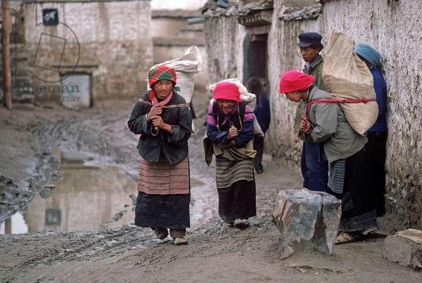 Buddhist pilgrims in Lhasa (photo)