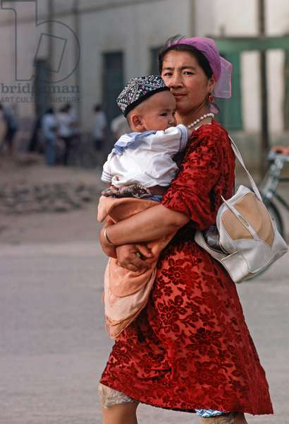 Uyghur mother and child, Turpan, Xinjiang Province, China, 1985 (photo)
