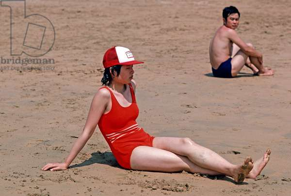 Chinese bathers and holiday makers on Qingdao beach, Shandong province, China, 1985 (photo)