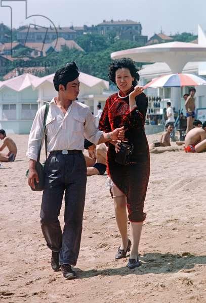 Holiday couple on Qingdao beach, Shandong province, China, 1985 (photo)
