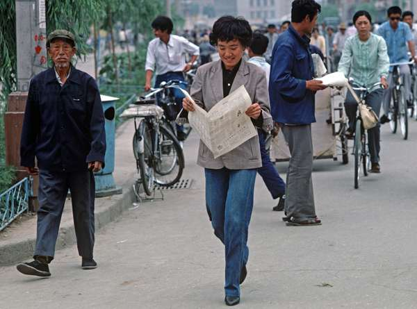 Modern woman reading newspaper in Hohhot, capital of Inner Mongolia, Northern China, 1985 (photo)