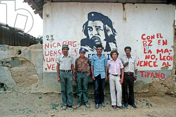 Santa Maria villagers, a small border village with Honduras, standing in front of Che Guevara mural, Nicaragua, Central America (photo)