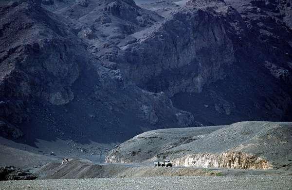 Silk Road running through Turpan Deser Mountains, Xinjiang Province, China, 1985 (photo)