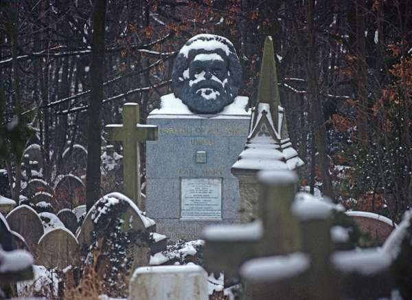 Karl Marx tomb in Highgate Cemetery North London, England, UK, 1983 (photo)