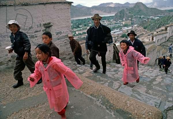 Buddhist pilgrims visiting Potala Palace, Lhasa (photo)