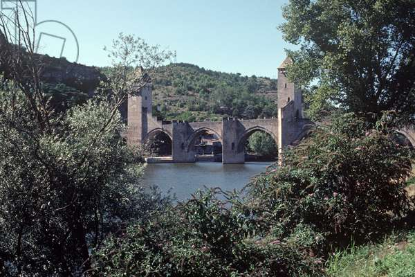 Midiaeval Valentre Bridge over the Lot River in Cahors, Lot Department, South West France (photo)