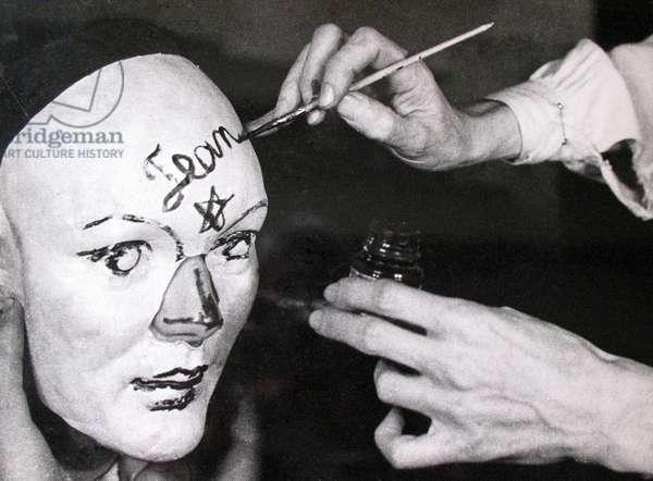 Jean Cocteau les mains, 1934 (b/w photo)