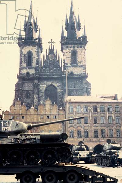 Soviet tanks in Tyn Square, Prague, 1968 (photo)