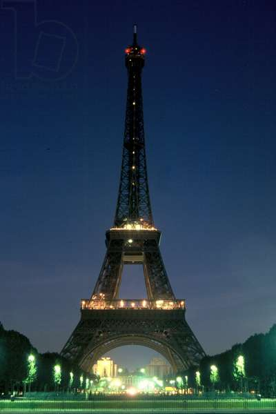 Eiffel Tower lit with only small lights, 2009 (photo)